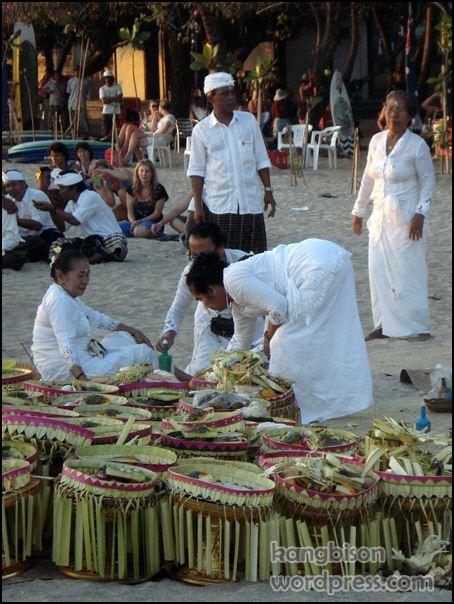 Acara keagamaan di pantai Kuta Bali 03